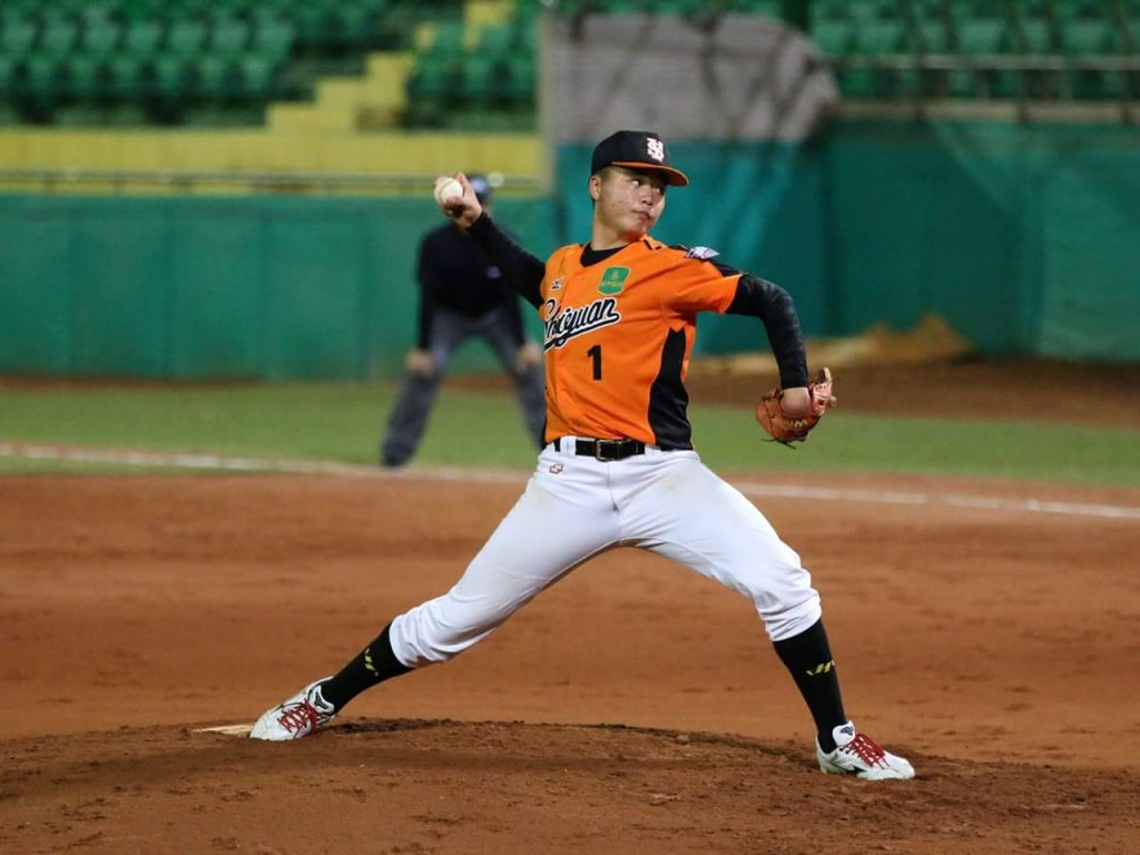 Deng Kai-Wei pitching for his high school team