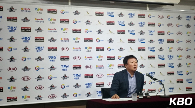 The KBO legend 宣銅烈 (Sun Dong-Yeol) at the press conference announcing 25-man roster for Korea.