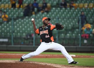 Uni-Lions foreign player Alfredo Figaro pitching